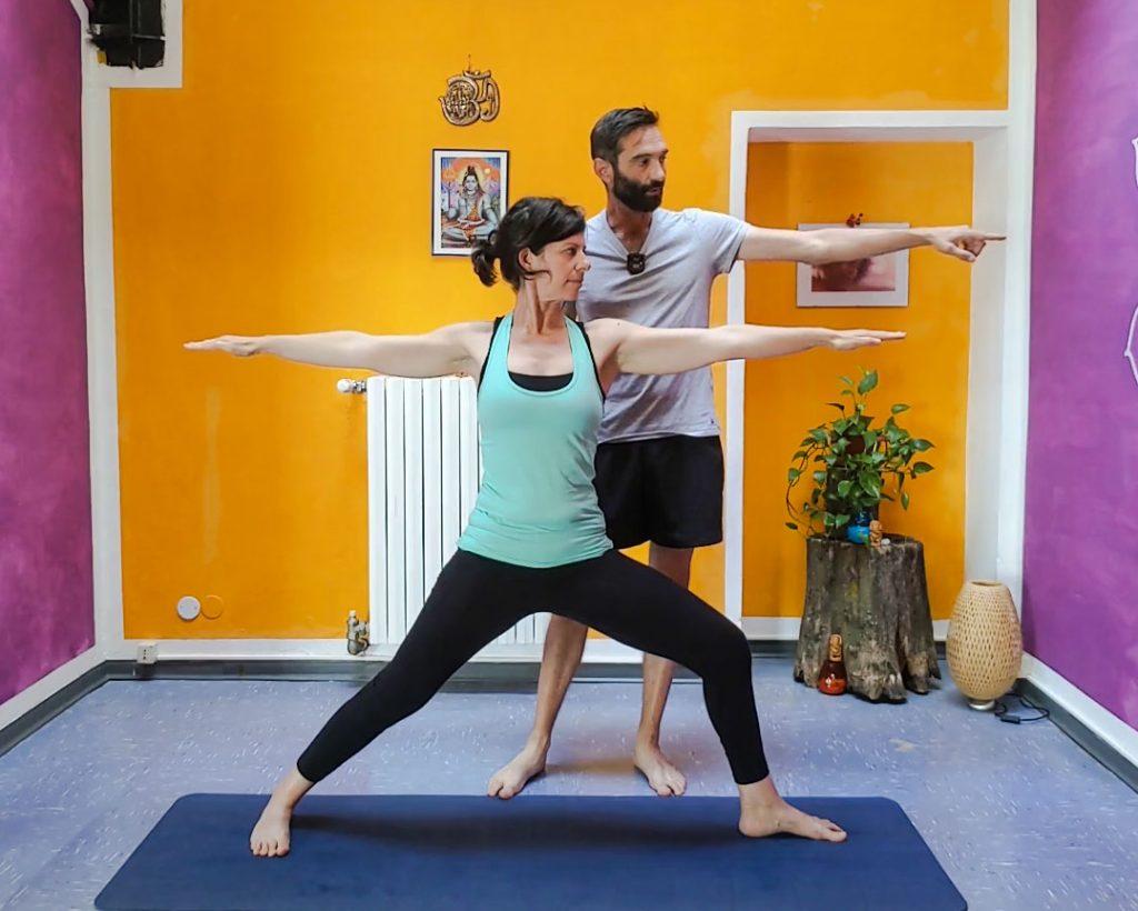 il guerriero 2 dello yoga virabhadrasana 2